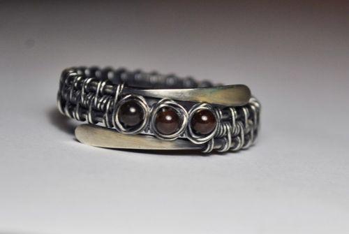 Срібна каблучка з гранатовими намистинами