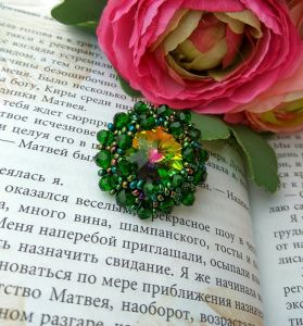 Бартенева Оксана Кольцо ручной работы из бисера, кристаллов и хрустальных бусин