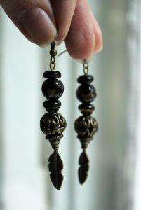 Чёрные сережки Серьги с агатов с перышками