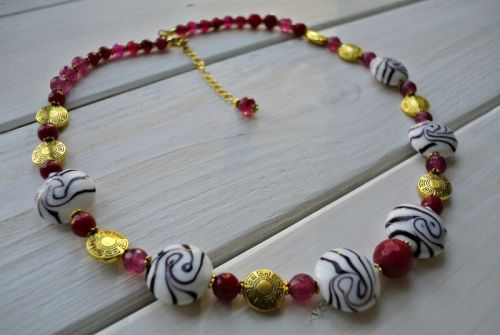 """Ожерелье из агата и керамических бусин """"Первое вино"""""""