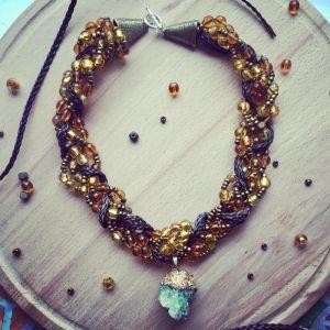 Ожерелье из бисера Золотистое колье с кулоном морозного кварца