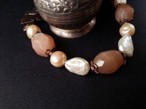 Рожевий браслет з перлів і сонячного каменю