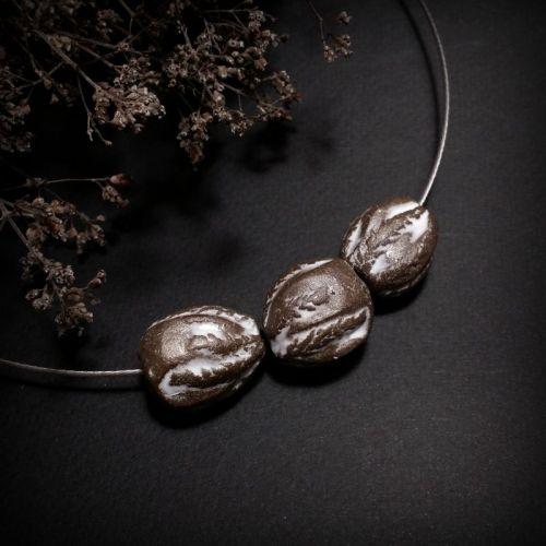 Коричневое ожерелье Подорожник из керамики ручной работы
