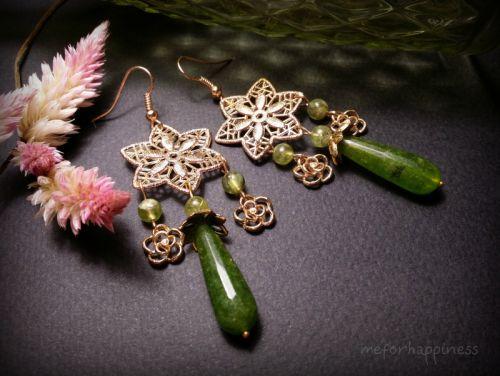 Зеленые золотистые серьги с крупным цветком и тремя подвесками