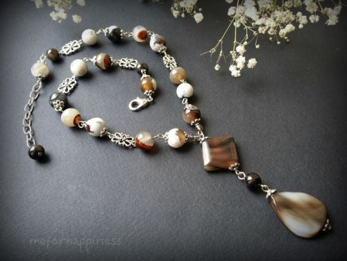 Белые и бежевые длинные агатовые бусы в 1 ряд с ромбом