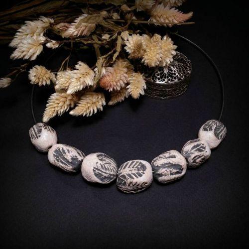 Черно белые бусы из керамики с листьями