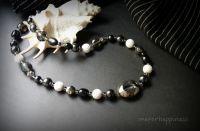 Чорне намисто з білими намистинами