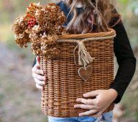 Плетений кошик коричневого кольору з бавовняним шнуром і дерев`яною биркою