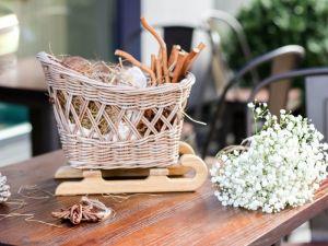 Изделия из дерева ручной работы Плетеные сани Новогодний декор Санки под елку Сани интерьерные