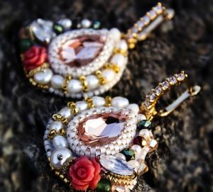 """Серьги из бисера Позолоченные серьги с кристаллами и розами """"Страсть"""""""