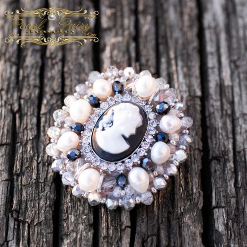 Брошь из натурального жемчуга и кристаллов с камеей овал
