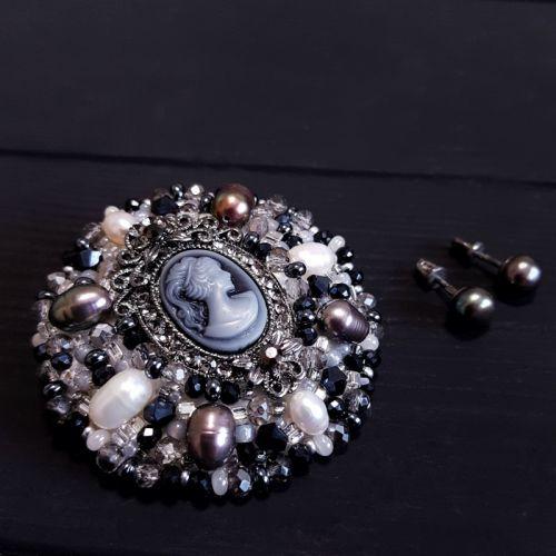 Комплект брошка і срібні сережки з натуральними перлами та камеєю