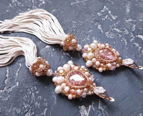 Позолоченные серьги, расшитые кристаллами Swarovski и жемчугом