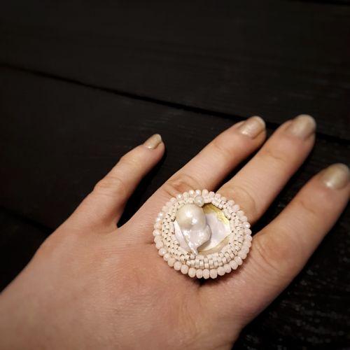 Перстень з натуральною перлиною, що нарождується у мушлі