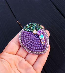 Брошь - кулон Сливка , расшитая кристаллами Swarovski и бисером