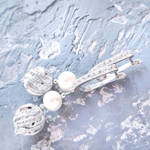 Стильные серьги с натуральным жемчугом и вставками с кристаллами циркона - изображение 1