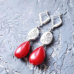 Красные серьги Серьги с кораллами и серебряными застежками и с розами