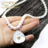 Кольє з натуральних перлів і підвіскою з зародком перлини