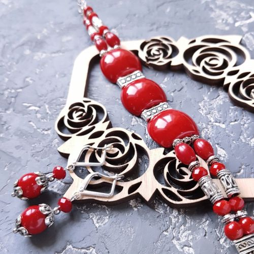 Комплект украшений из коралла браслет и серьги с серебряными застежками