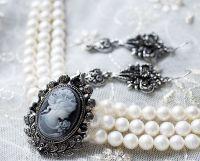 Кольє з натуральних перлів з камеєю