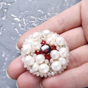Белая брошь Брошь из натурального жемчуга с кристаллами