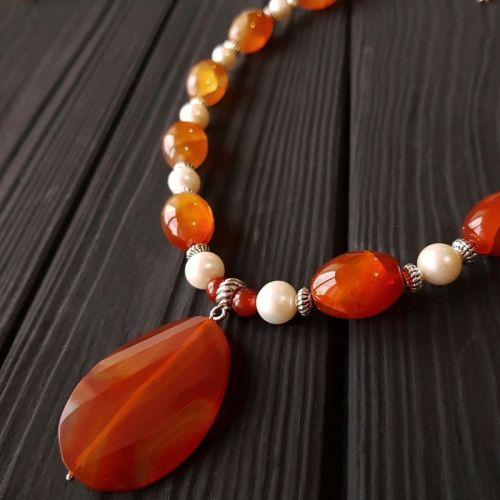Ожерелье с натуральным жемчугом и сердоликом