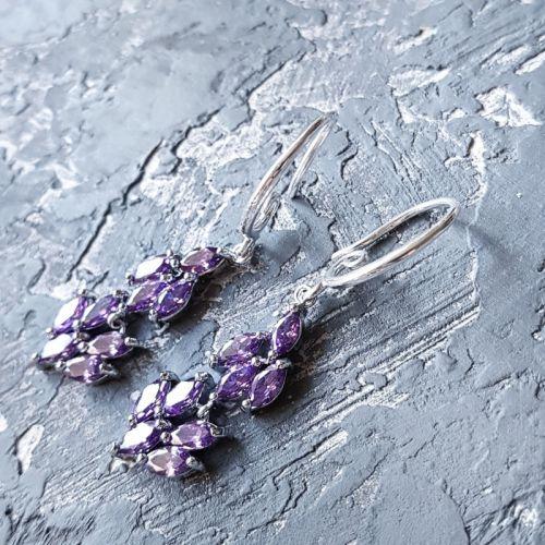 Сережки з кристалами циркону кольору аметист та срібними застібками
