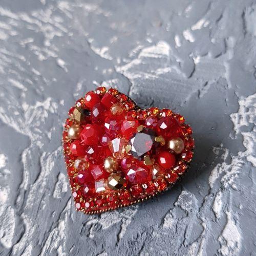 """Брошка """"Валентинка"""" серце міні , розшите стразами та кристалами"""