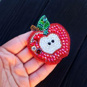 """Красная брошь Брошь-кулон """"Сочное Яблочко"""", расшитая кристаллами и бисером"""