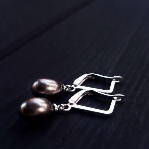 Серьги с жемчугом Серьги с натуральным серым жемчугом и серебряными застежками