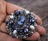 Брошь с натуральным жемчугом кристаллами и камеей