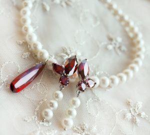 Колье из натуральных белого жемчуга с красными кристаллами