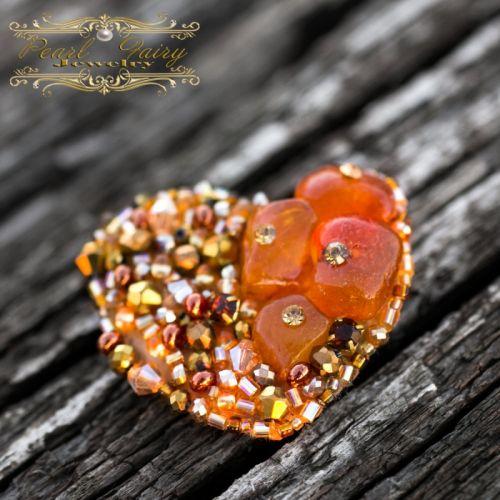 Брошка Серце з натуральним янтарем та кристалами