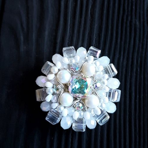 Брошка з натуральними перлами та кристалами
