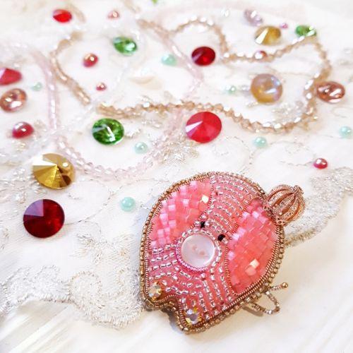 "Брошка символ 2019 року ""Свинка Королева"" з кристалами"