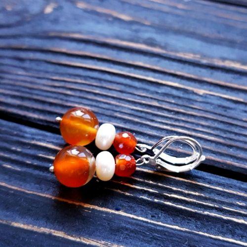 Сережки з натуральним сердоліком та перлами у сріблі