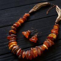 Комлпект из натурального янтаря колье и серьги