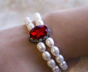 Браслет из натурального жемчуга с красным кристаллом