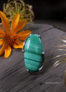 Кольца ручной работы Серебряное кольцо с природным малахитом