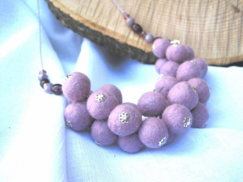 """Ожерелье войлочное """"Сиреневое гроздь"""""""