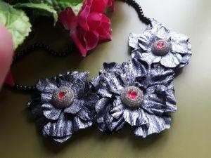 Ожерелья и колье ручной работы Колье с кожи Серебряные цветы