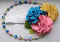 Яркая повязка из фетра и ожерелье для девочки