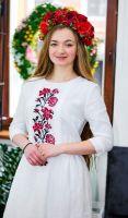 Платье белого цвета с вышивкой красно черные цветы