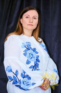 Колода Людмила Платье белого цвета с  вышивкой яркие синие цветы