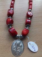 Ожерелье из красного коралла с серебряным кулоном