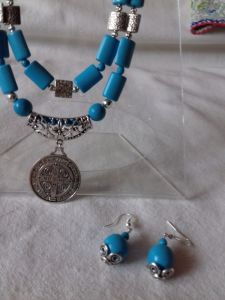 Серьги и Ожерелье из тонированного говлиту бирюзового цвета и кулон Св.Бенедикт