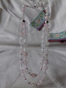 Комплект: серьги и ожерелье из розового кварца на два ряда