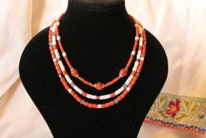 Комплект: Серьги и Ожерелье из керамических бусин и белым кораллом