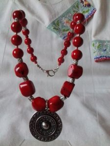 Комплект: серьги и бусы из красного коралла с круглым кулоном