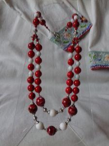 Комплект серьги и бусы из красного и белого коралла на два ряда